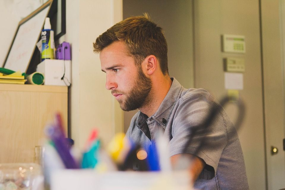 Hombre trabajando en escritorio